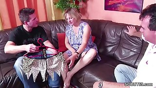 Deutscher Stief-Vater und Sohn ficken die MILF Putzfrau